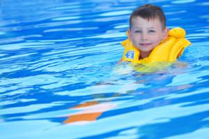 Wählen Sie die richtige Schwimmweste für Ihr Kind.